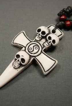 """Pakabukas """"Kryžius ir kaukolės"""""""