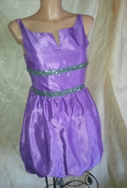 Violetinė trumpa suknelė
