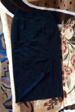 Juodas pusilgis sijonas