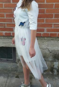 Stilinga suknelė-marškiniai su tiulio sijonu