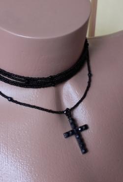 Juodas vėrinys su kryžiumi