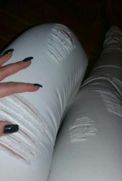 Balti plėšyti džinsiukai
