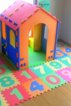Vaikų žaidimų namelis su kilimėliu